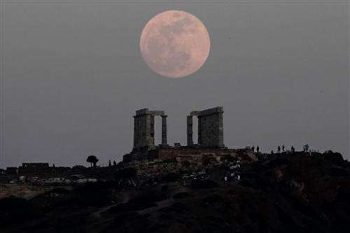 Super full moon shines brightly this weekend