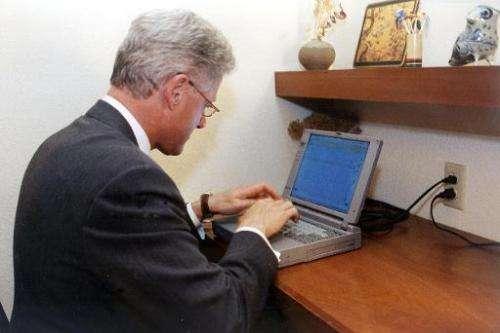 Former US President Bill Clinton preparing an e-mail on November 6, 1998 in Arkansas