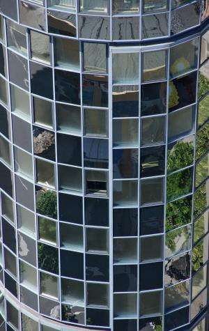 Intelligent façades generating electricity, heat and algae biomass