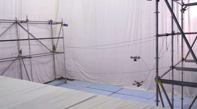 Quadrocopter news: Flying machines build a bridge out of rope