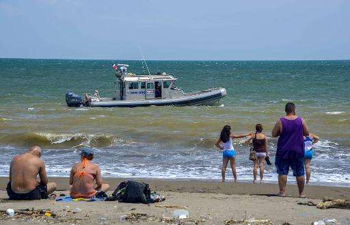 A Costa Rican coast guard boat monitors the beach in Puntarenas, 95 km north of San Jose, on May 3, 2015, after authorities decl
