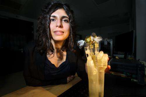 Artificial hand able to respond sensitively thanks to muscles made from smart metal wires