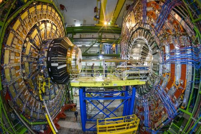 How does an experiment at the Large Hadron Collider work?