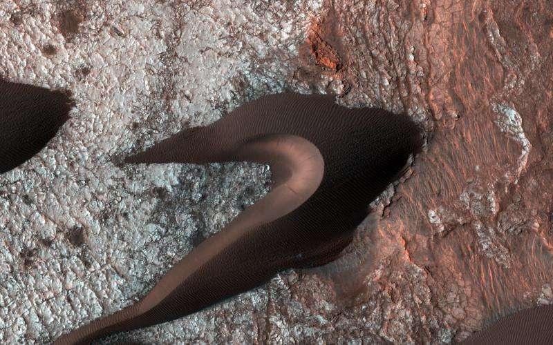 Orbiter views Mars surface fractures