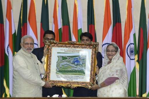 Indian Prime Minister Narendra Modi (L) and Sheikh Hasina Wajid (R) hold an image of 1320 MW Rampal Power Plant, in Dhaka on Jun