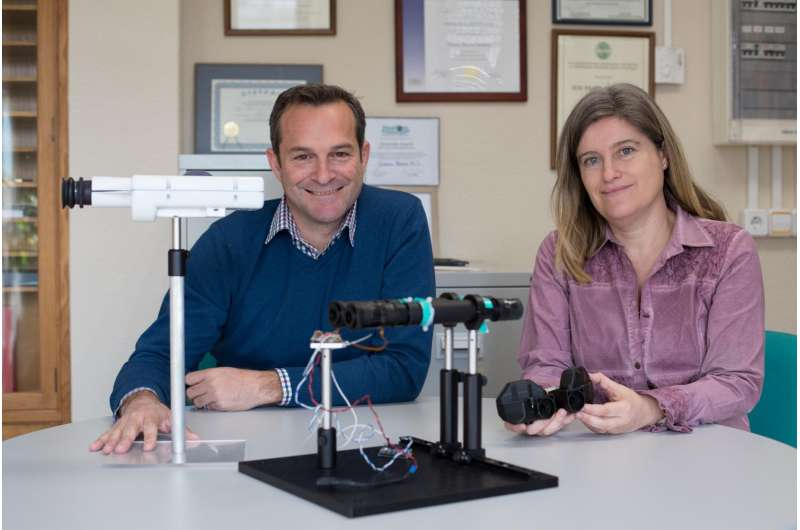 Innovative device simulates cataract replacement experience