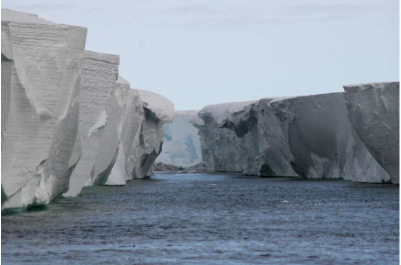 Ice shelf vibrations cause unusual waves in Antarctic atmosphere