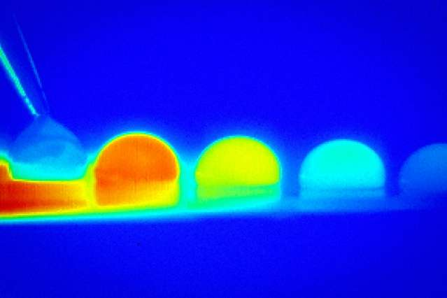 Temperature difference propels droplets
