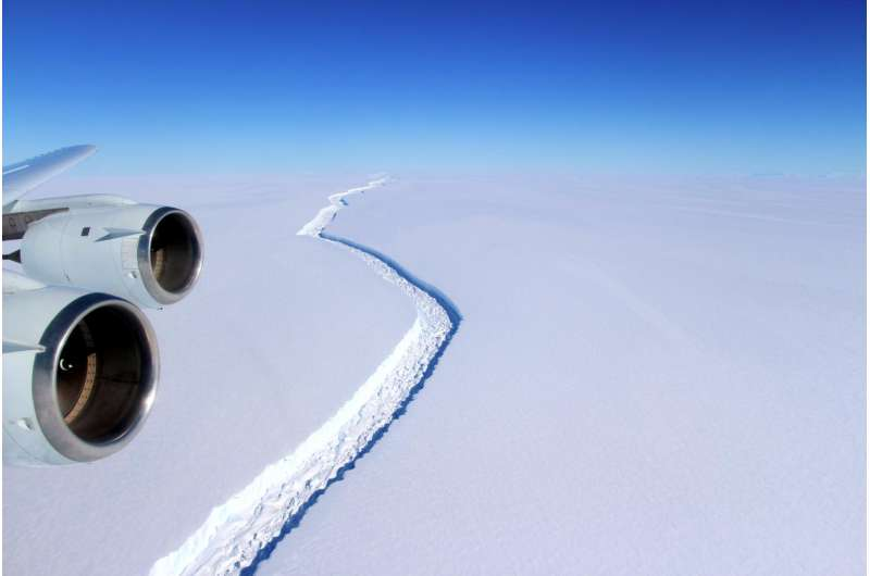 Antarctic ice rift close to calving, after growing 17km in 6 days -- latest data from ice shelf