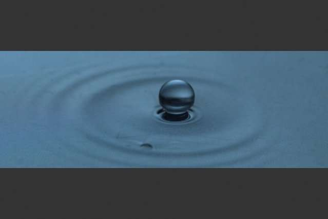 """Study explains how droplets can """"levitate"""" on liquid surfaces"""