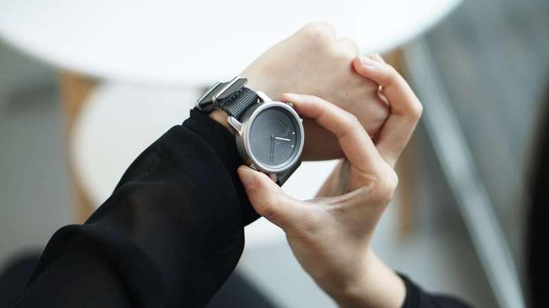 Light-harvesting smartwatch shines on Kickstarter