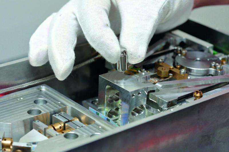 Researchers developing a new balance for the new kilogram