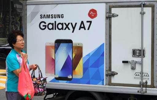 Samsung saw modest growth in smartphone sales in the past quarter to maintain its lead over Apple in the global market, a survey