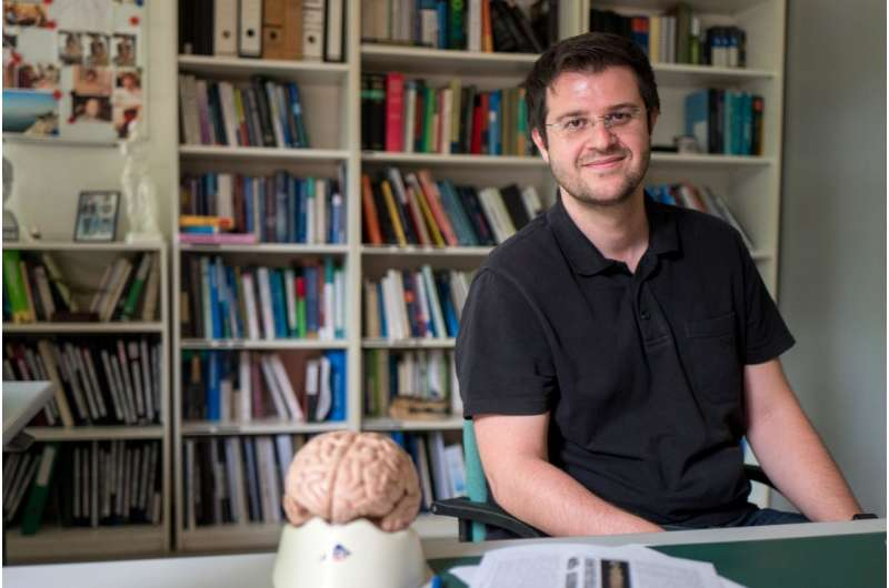 Smarter brains run on sparsely connected neurons
