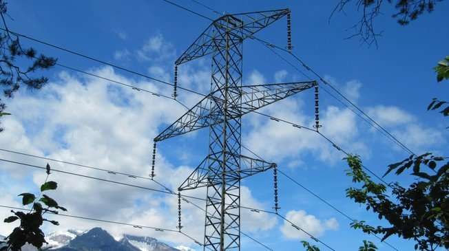 Reusing electric pylons to design the roof of a train station