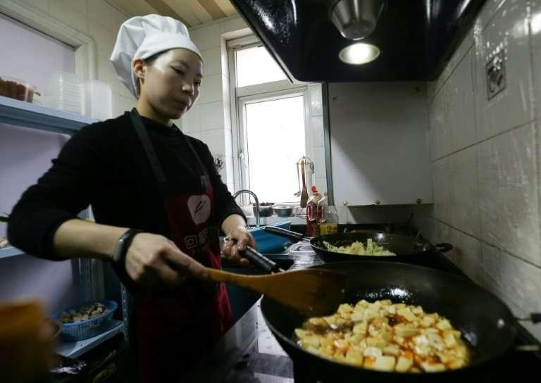 Su Xiaosu fries up Jiangsu specialties in her tiny home kitchen