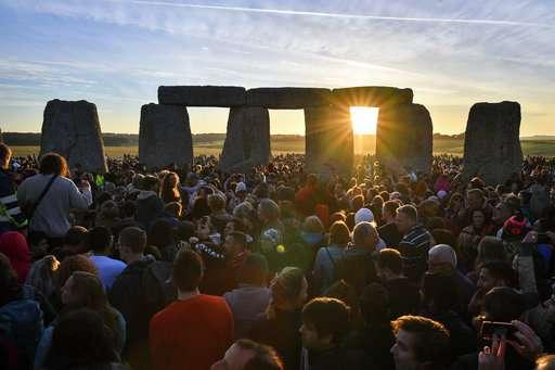 Thousands celebrate summer solstice at Stonehenge