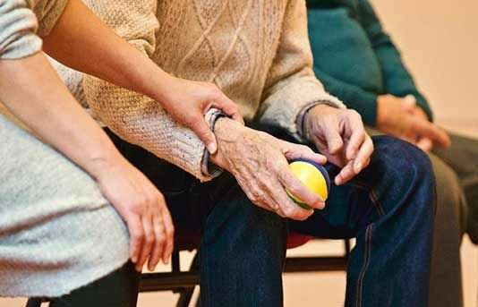 Women with Alzheimer's lose their verbal communication skills quicker than men