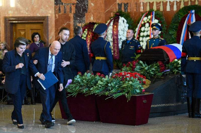 Former NASA astronaut Tom Stafford, assisted by Soviet cosmonaut Valentina Tereshkova, paid tribute to friend and colleague Leon