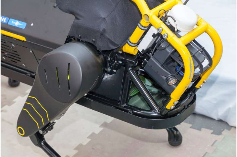 The new quadruped robot HyQReal tested by pulling 3 tons airplane