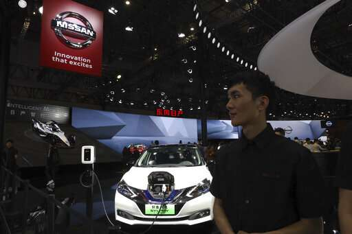 Electric car makers woo Chinese buyers with range, features