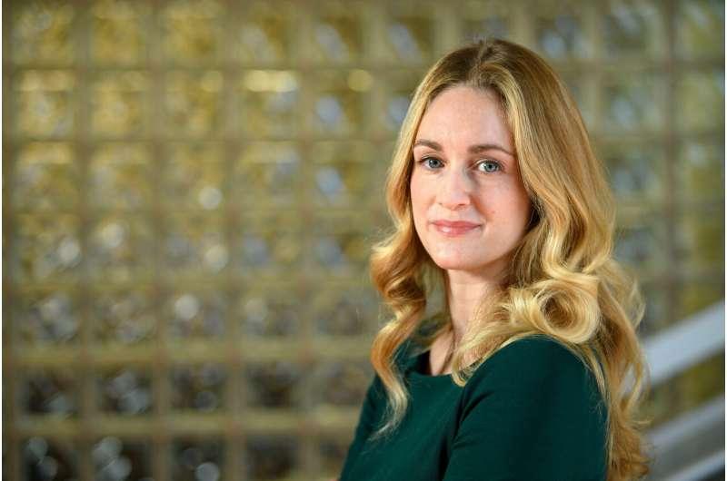 Attractive businesswomen viewed as less trustworthy 'femmes fatales'