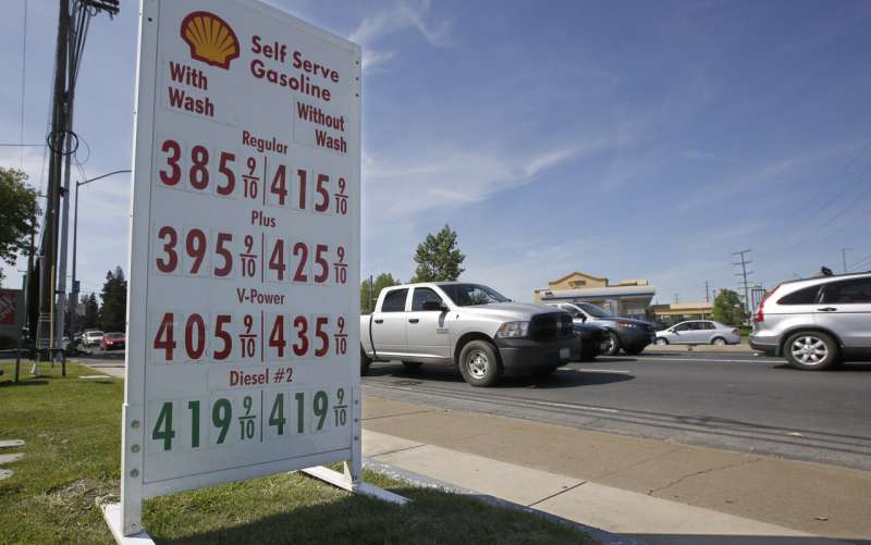 California signs deal with 4 automakers to raise gas mileage
