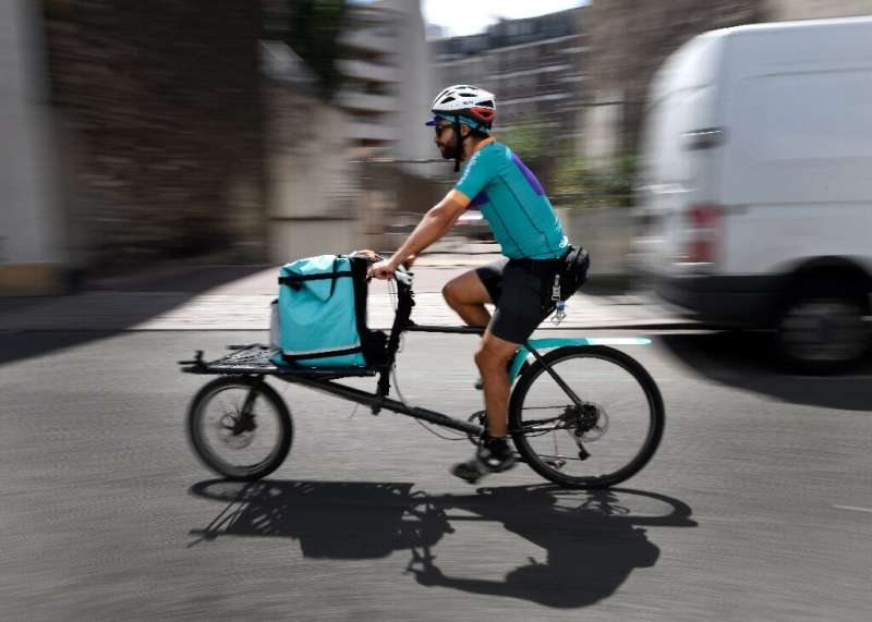 Deliveroo cyclists in France have urged clients to shun the food delivery service for a day to protest new pay rules
