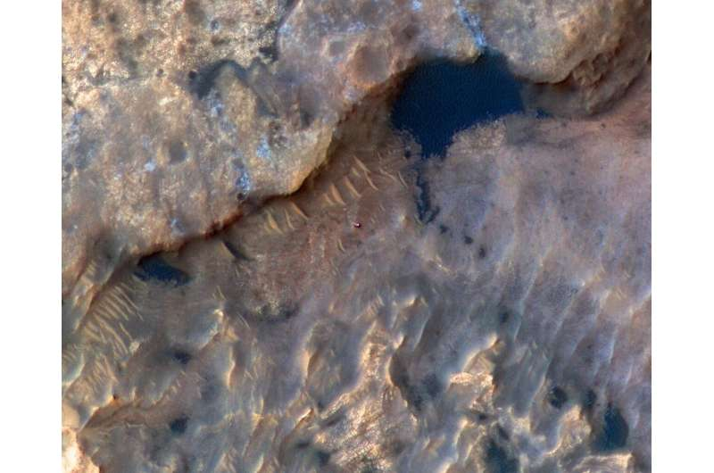 Image: HiRISE spots Curiosity rover at Mars' Woodland Bay