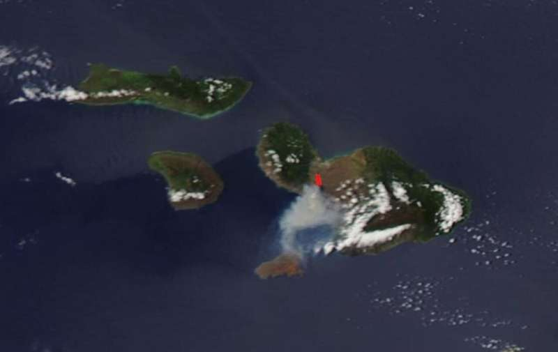 Image: Wildfire sparks in sugarcane fields on the island of Maui