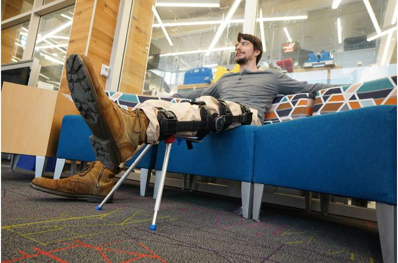Leg brace with a kickstand could alleviate discomfort for those healing from leg injuries