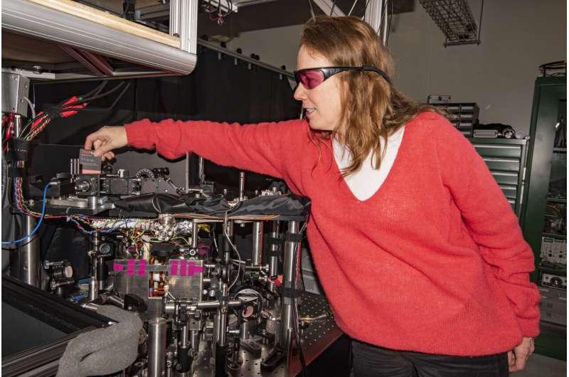NIST's compact atomic gyroscope displays new twists