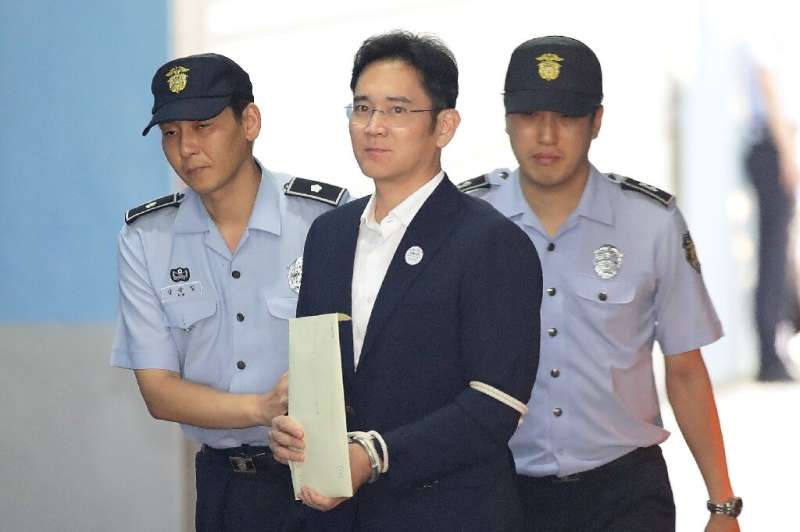 Samsung Group heir Lee Jae-yong arrives at Seoul Central District Court in handcuffs during his trial in 2017