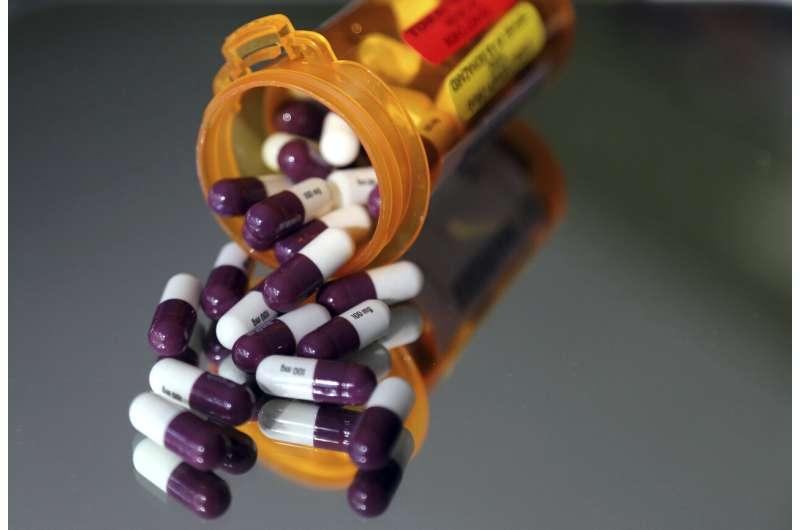 US report: Prescription drug prices down slightly last year