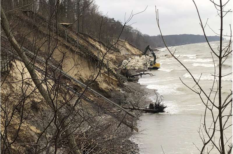High water wreaks havoc on Great Lakes, swamping communities
