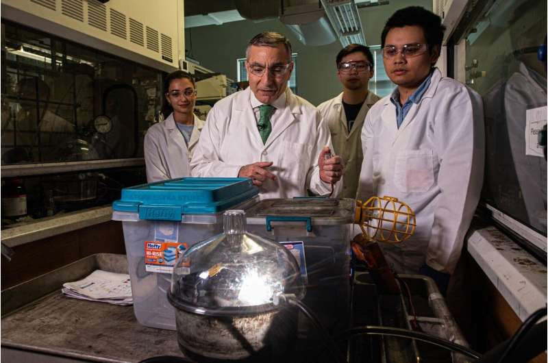 Rice lab turns trash into valuable graphene in a flash
