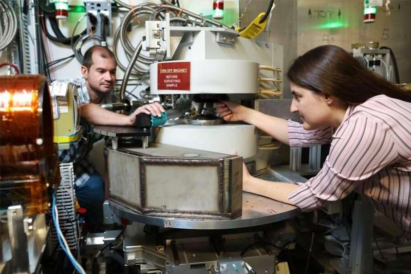 The mystery of the neutron lifetime