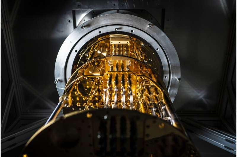 Tiny quantum computer solves real optimisation problem