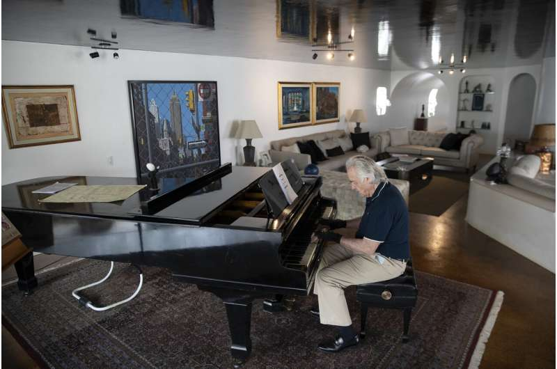 'Magic' gloves let acclaimed Brazilian pianist play again