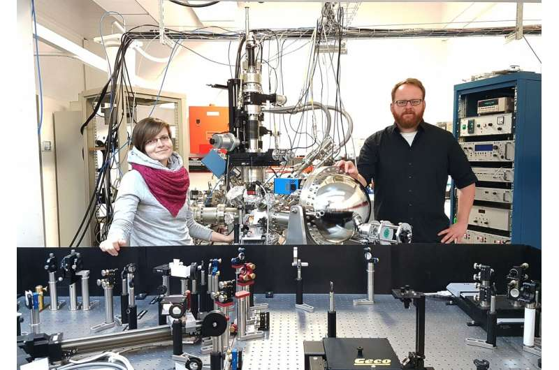 Physics team observes extremely fast electronic changes in real time in a special material class