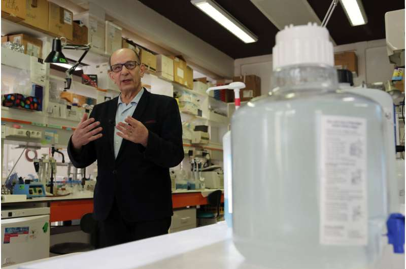 Experts scramble, but new virus vaccine may not come in time