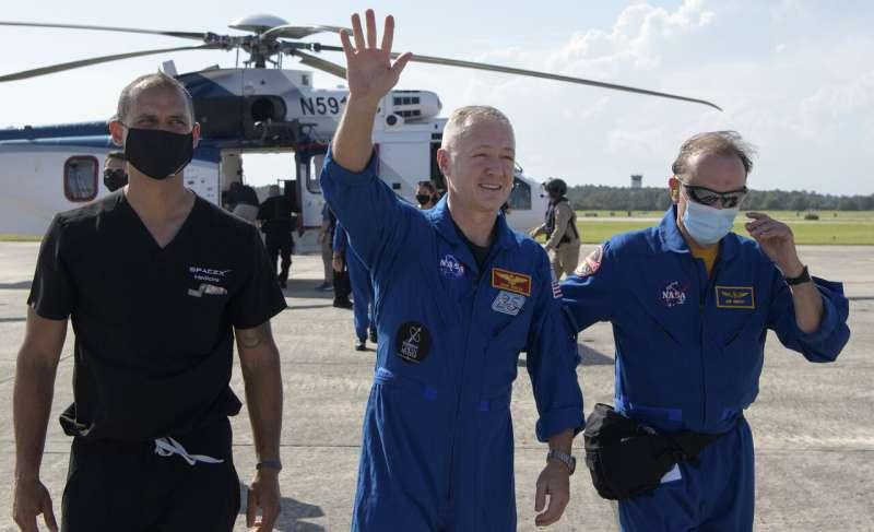 SpaceX capsule and NASA crew make 1st splashdown in 45 years