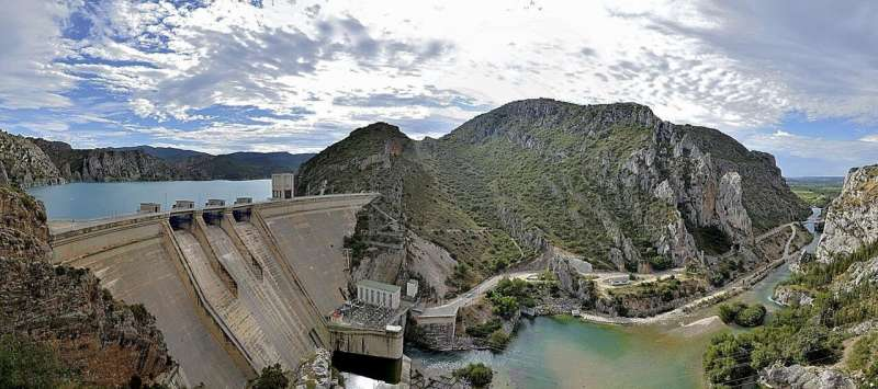 Dams exacerbate the consequences of climate change on river fish