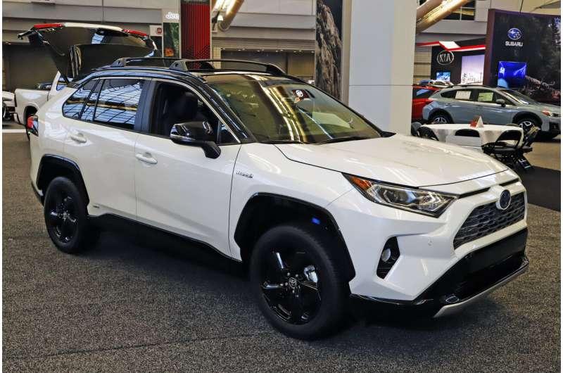 Edmunds compares 2020 Honda CR-V and Toyota RAV4 hybrids