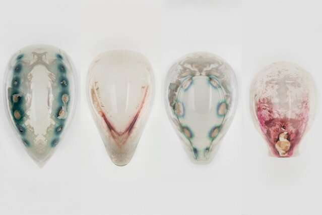 Printing objects that can incorporate living organisms