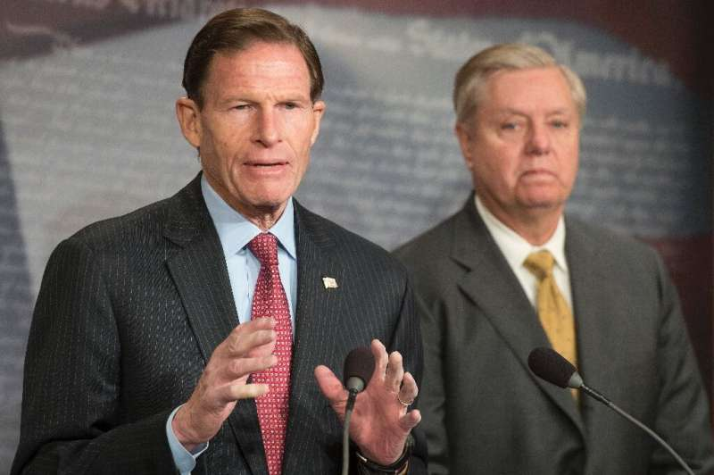 Republican US Senator Lindsey Graham (R) and Democratic Senator Richard Blumenthal (L) are sponsoring a bill that would force te