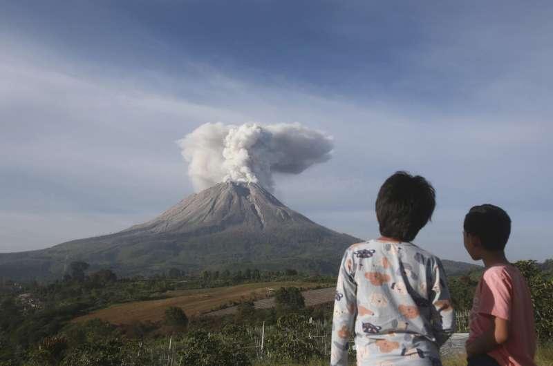 Gunung berapi Sinabung di Indonesia melepaskan ledakan abu panas baru