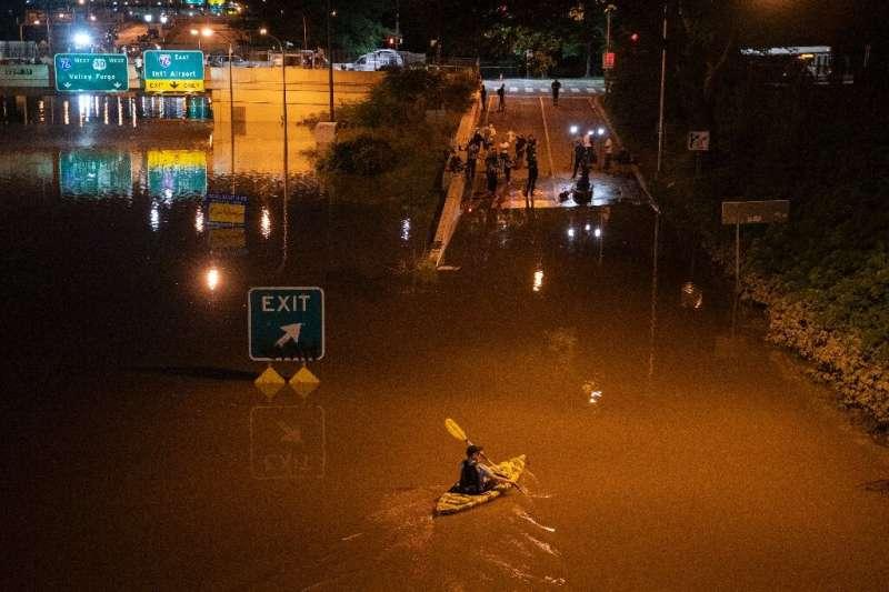 Un kayakista rema por una parte de la Interestatal 676 después de las inundaciones provocadas por las fuertes lluvias en Filadelfia, Pensilvania