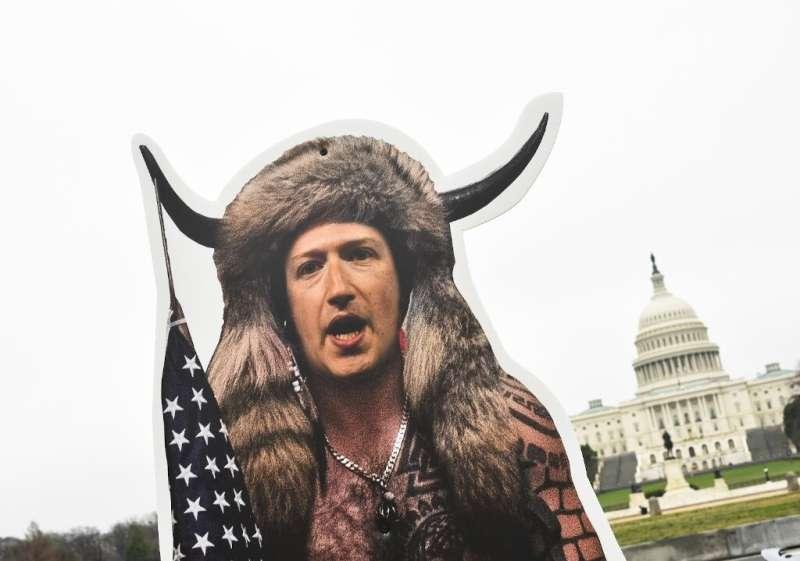 Patung CEO Facebook, Mark Zuckerberg, berpakaian seperti 6 Januari 2021, pemberontak ditempatkan di dekat US Capitol menjelang