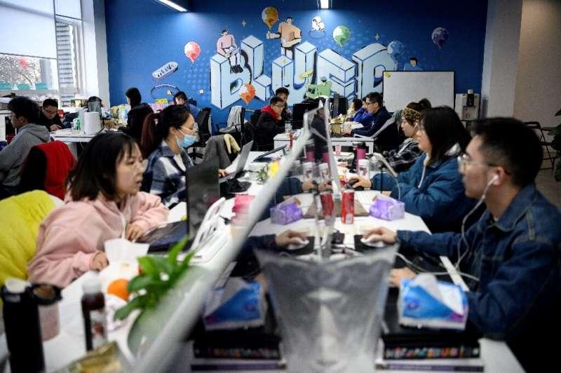 Kampus perusahaan induk Blued, BlueCity, di Beijing yang diterangi matahari dipenuhi dengan programmer muda yang mengadakan rapat di ruangan yang diberi nama menurut Oscar